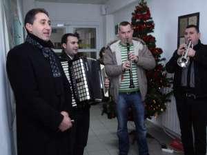 """A devenit o tradiţie ca """"Cetina"""" şi interpretul Alexandru Recolciuc să colinde redacţia Monitorul de Suceava, în Ajun de Crăciun"""