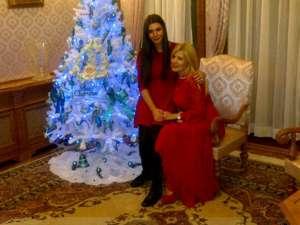 Elena Băsescu şi Elena Udrea, pe fotoliu lângă bradul împodobit