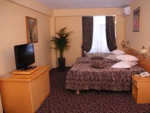 Camerele hotelului Dorna sunt spaţioase şi mobilate modern