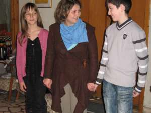 Briana şi Gabriel, împreună cu prof. Petra Rusu la vernisaj
