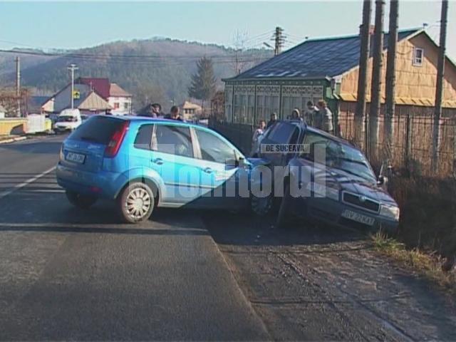 În urma impactului, o tânără de 28 de ani, pasageră în maşina Skoda, a fost rănită