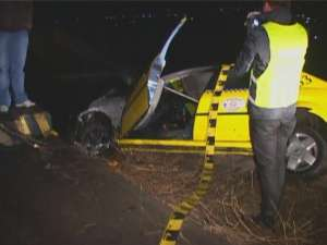 Şoferul care a furat taxiul nu a apucat să conducă foarte mult, izbindu-se violent în podeţ, la ieşirea din Suceava
