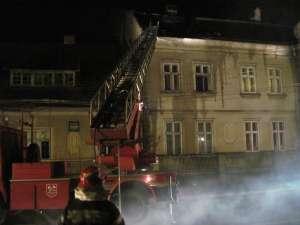 Mansarda unui imobil din municipiul Rădăuţi, care găzduieşte câteva locuinţe sociale, s-a aprins ieri seară