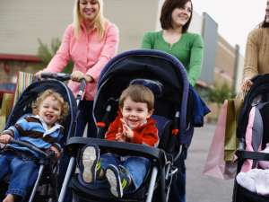 Mamele care lucrează, mai fericite decât cele care stau acasă. Foto: Corbis