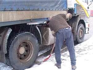 """Mai puţin de jumătate de oră de ninsoare şi câţiva centimetri de zăpadă au fost """"ingrediente"""" suficiente pentru ca traficul rutier pe drumul european 576 Suceava - Gura Humorului să se blocheze"""