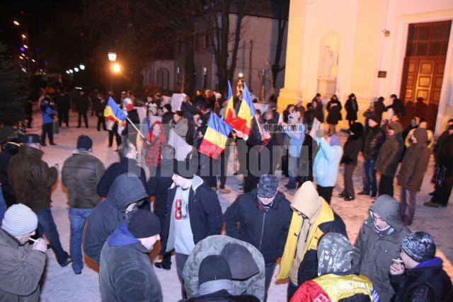 Protestatarii s-au dovedit mult mai organizaţi faţă de zilele trecute, aducând cu ei pancarte şi steaguri