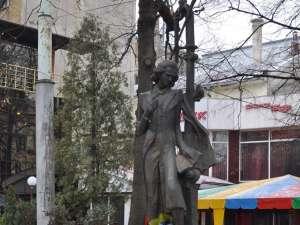Monumentul lui Mihai Eminescu din Cernăuţi