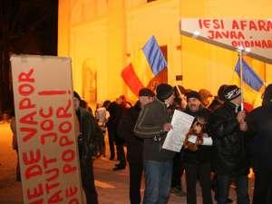 La protestul de ieri seara din faţa Palatului Administrativ au fost mai puţin de o sută de persoane