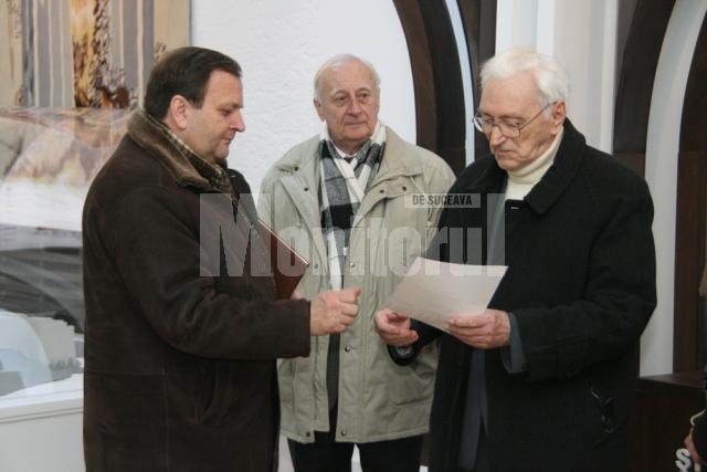 Preşedintele Gheorghe Flutur înmânându-i Diploma de excelenţă lui Alexandru Jauca