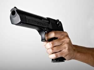 Ameninţări cu pistolul şi toporul între două familii, de la o ceartă a copiilor lor la şcoală