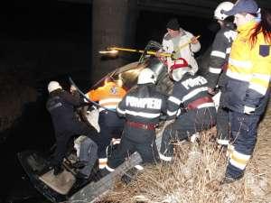 Pompierii au muncit mai bine de 40 de minute pentru a scoate răniţii din maşina care risca să se scufunde, iar medicii care i-au preluat pe bărbaţi au spus că aceştia au scăpat ca prin minune