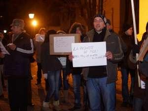 Câteva zeci de persoane au continuat să proteste, sâmbătă şi duminică seara în faţa Palatului Administrativ din Suceava