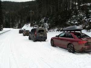 Maşini trase pe dreapta pentru ca nu puteau urca din caza zăpezii