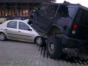 Un individ aflat la volanul unui Hummer H2 s-a urcat pur şi simplu cu roţile pe un autoturism Logan şi a avariat alte două maşini