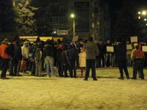 200 de câmpulungeni au protestat marţi în fața primăriei