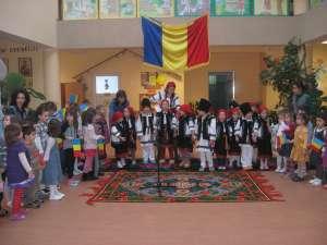 """Preşcolarii de la Grădiniţa """"Sf. Ioan cel Nou"""" au dansat ieri Hora Unirii"""