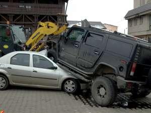 """Şoferul care s-a urcat cu Hummer-ul pe un Logan, """"agăţat"""" cu un dosar penal"""