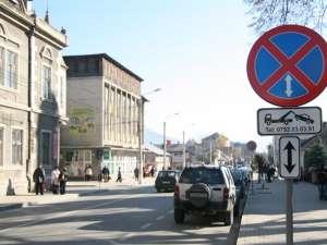 """Primăria din Câmpulung Moldovenesc a demontat semnele de circulaţie """"Oprirea interzisă"""" şi cele care îi avertizau pe şoferi că dacă opresc în zonele respective riscă să le fie ridicate maşinile"""