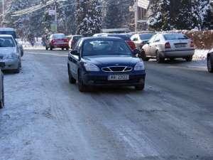 Gheaţa de pe străzi a dat bătăi de cap şoferilor