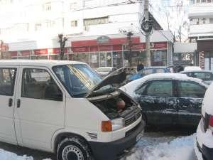Unii şoferi au rămas cu maşinile în drum
