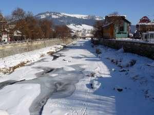 Pod de gheaţă cu ochiuri, pe râul Dorna
