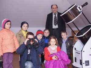 Profesorul Petru Crăciun împreună cu o grupă de elevi, lângă cel mai mare telescop mobil din ţară