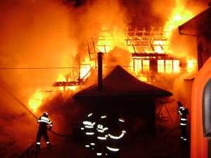 Pompierii au fost nevoiţi să îngroape furtunurile în zăpadă pentru a nu le îngheţa apa şi a putea stinge, ieri dimineaţă, un puternic incendiu care a cuprins două gospodării din Voroneţ
