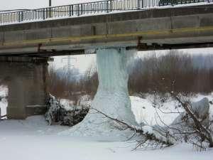 Pilon de gheaţă de sub podul de la Iţcani