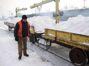 Zăpada, carată cu drezina din Gara Burdujeni