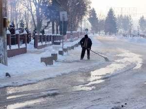 Avaria la reţeaua de apa a inundat străzile din Şcheia