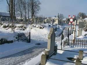 În cimitirul din Rădăuţi gropile sunt săpate cu ciocanul rotopercutor, dalta şi şpiţul