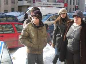 Copilul de 14 ani şi mama sa, la reconstituirea furtului de la magazinul Sabrini