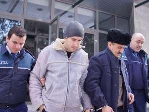 Marius Tulbure, de 25 de ani, şi Ionel Tulbure, de 47 de ani, escortaţi de poliţişti la ieşirea din sediul Parchetului de pe lângă Tribunalul Suceava
