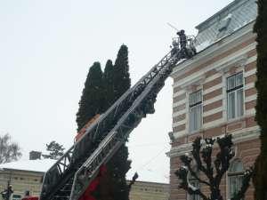 Pompierii au îndepărtat ţurţurii şi zăpada de pe instituţii