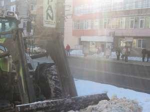 Zăpada care încurca circulaţia este dusă la groapa de gunoi