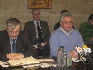 Primarul Ioan Lungu şi reprezentanţii firmei Loial, care au realizat modernizarea iluminatului public