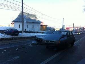 Şoferul Daciei a derapat pe carosabilul alunecos, pătrunzând pe sensul opus de mers, unde a lovit destul de violent maşina Citroen