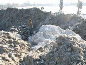 Munţi de zăpada adunaţi de pe străzile Sucevei, depozitaţi pe terenul fostului ROMUPS