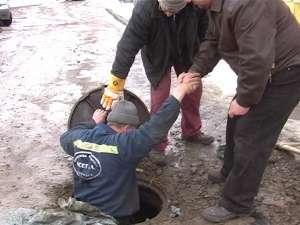 Echipă de intervenţie a ACET care încearcă să găsească soluţii în cazul conductelor îngheţate