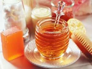 Mierea, utilă pentru strălucire, dar şi pentru descurcarea părului cârlionţat