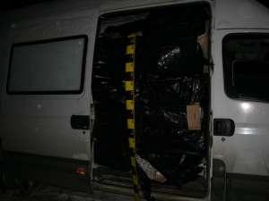 Aproape 35.000 de pachete de ţigări de contrabandă au fost descoperite într-o autoutilitară înmatriculată în Bulgaria