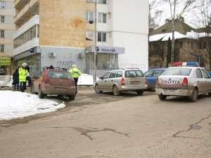 Un echipaj de poliţie a ajuns la faţa locului şi a fotografiat maşinile