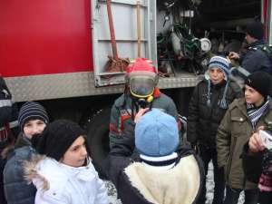 Sute de elevi şi preşcolari au vizitat, ieri, detaşamentele şi gărzile de pompieri din întreg judeţul