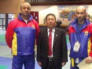 Antrenorul Gheorghe Pricop (stânga) a ţinut să-l felicite pe Sorin Râmbu (dreapta) pentru succesul repurtat