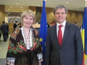 Artista Lucia Condrea, alături de comisarul european Dacian Cioloş