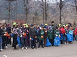 200 de elevi şi 40 de silvicultori în acţiune de colectare a deşeurilor la Pojorâta