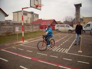 Poliţia a făcut educaţia rutieră cu elevii pe bicicletă
