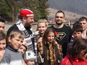 Valahu şi Oncescu, alături de copiii şcolii din Pojorâta