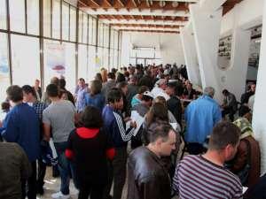 Aproape o mie de persoane au participat la bursa desfăşurată în holul mare al Casei de Cultură