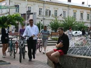 Avocatul Traian Andronachi a mers cu bicicleta pentru a discuta cu rădăuţenii